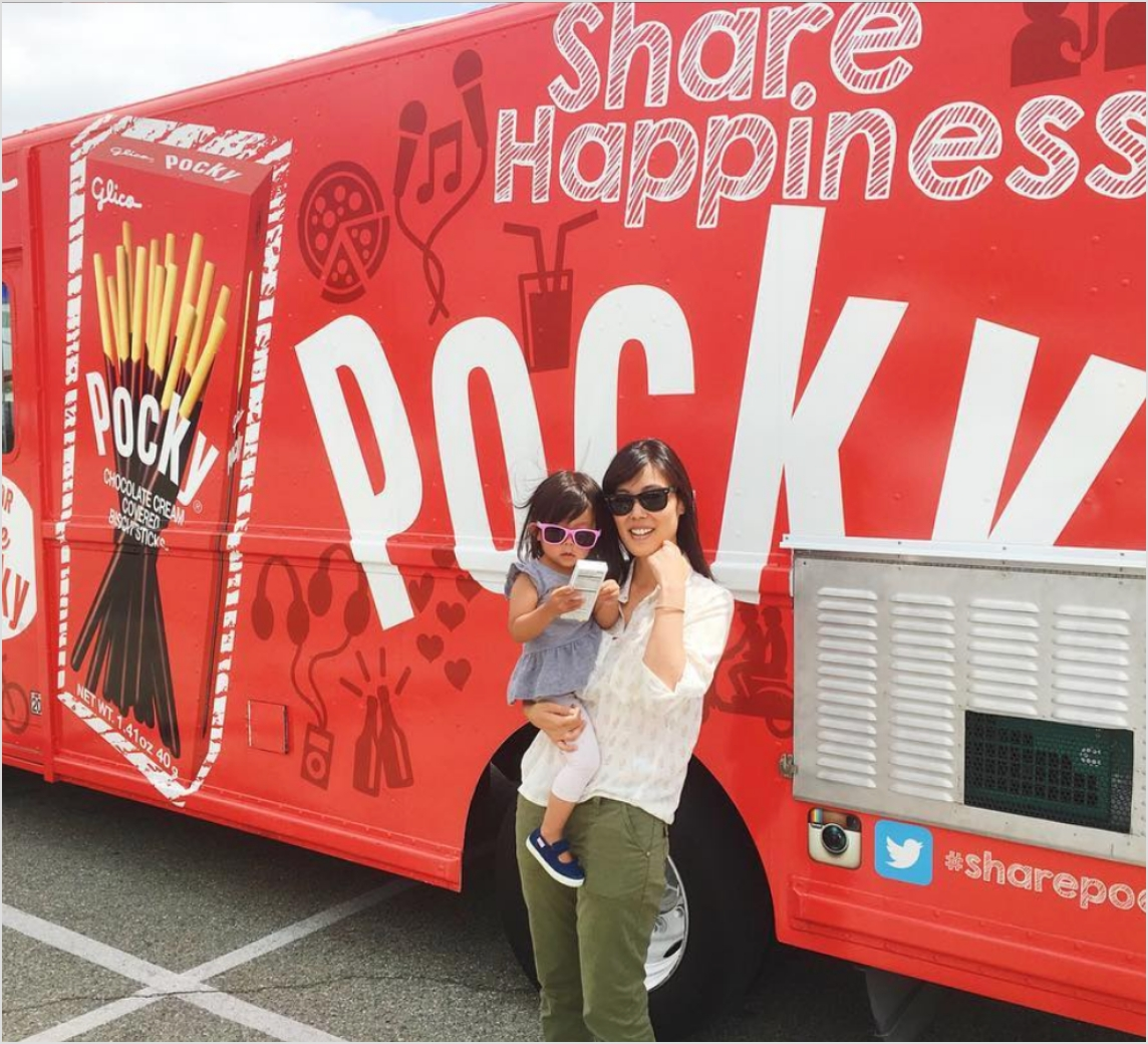 Pocky truck with customers.